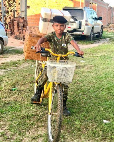 garoto Nicolas na sua bicicleta em que vendia salgados