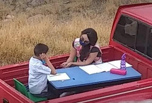 escola-móvel na caminhonete-