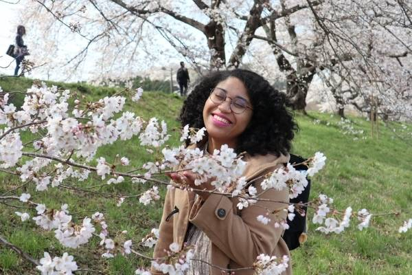 Marina sorrindo meio flores Japão