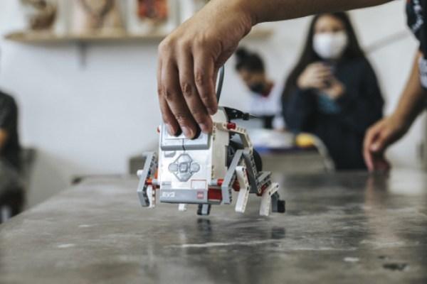 protótipo robô sobre mesa aula robótica programação escola pública