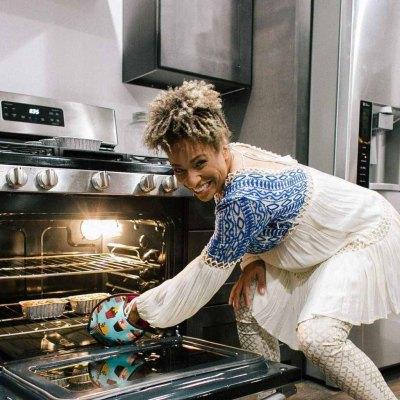 mulher assando cupcakes forno