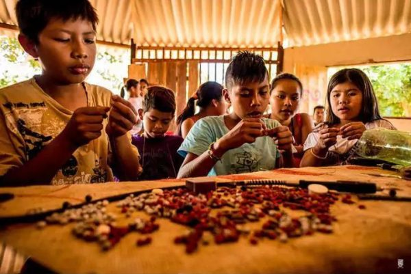 crianças indígenas produzem artesanato