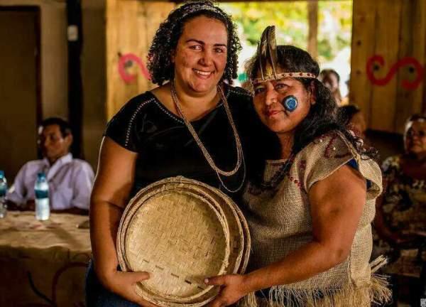 professora indígena posa em foto com presidente do Ipedi