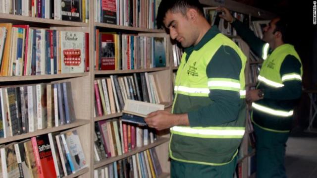 coletores de lixo criam biblioteca comunitária