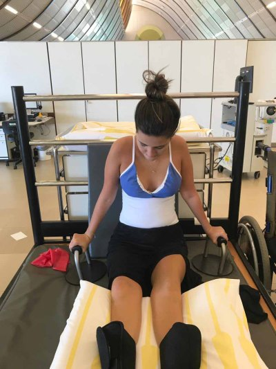 mulher paraplégica faz fisioterapia