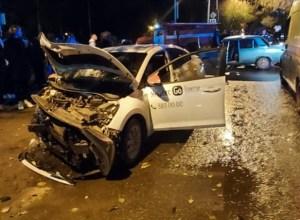 Три новосибирца пострадали в лобовом столкновении Hyundai и ВАЗ-2106