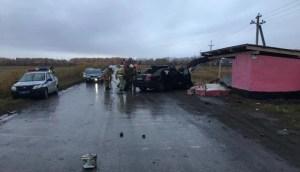 Под Новосибирском водитель «Тойоты» врезался в остановку и погиб