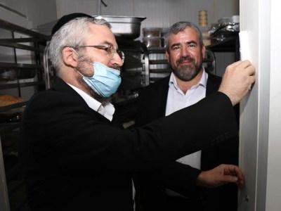 המשנה לראש העיר הרב ישראל סילברסטין קובע מזוזה