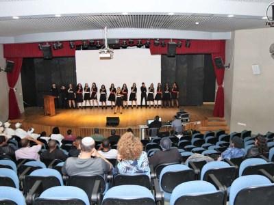 הקהל צופה בשירת המקהלה
