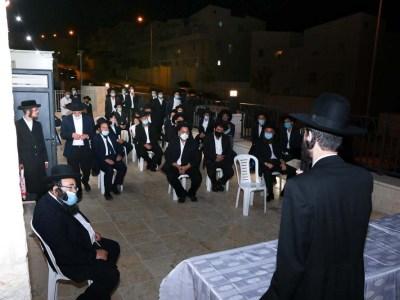 הרב אלבק ואנשי הקהילה
