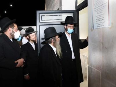 הרב אלבק מראה לרב קופשיץ את בית ההוראה