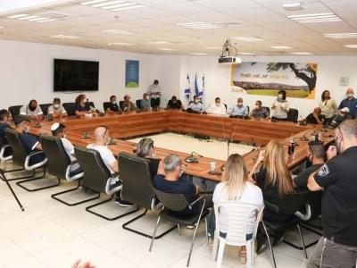 עובדי שפ''ע מאזינים לדברי ראש העיר