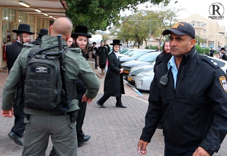 רונן גורש יורד לשטח במהלך הפגנה ברמה ב'