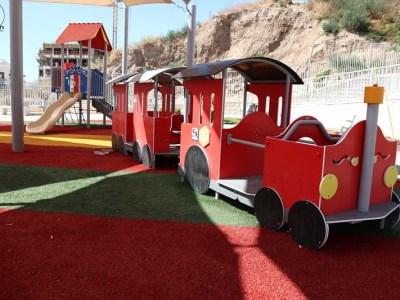 הרכבת בגינת המשחקים הקטנה