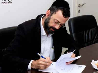 יגאל חדד חותם על ההסכם הקואליציוני עם ראש העיר