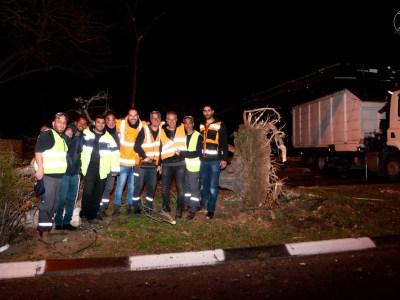 """תמונה קבוצתית של עובדי שפ""""ע שהוקפצו באמצע הלילה הקפוא"""