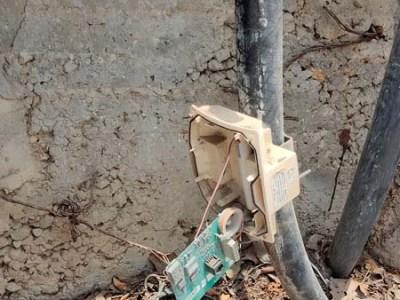 הקופסה שבורה והכרטיס האלקטרוני נשאר בחוץ