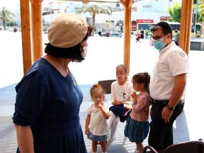 ראש העיר עליזה בלוך בשיחה עם אב ובנותיו