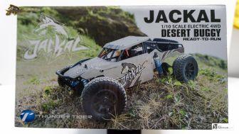 Seitengrafik der Packung zeigt den JACKAL in freier Wildbahn