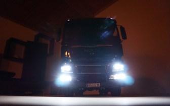 MAN TGX bei Nacht Front von unten