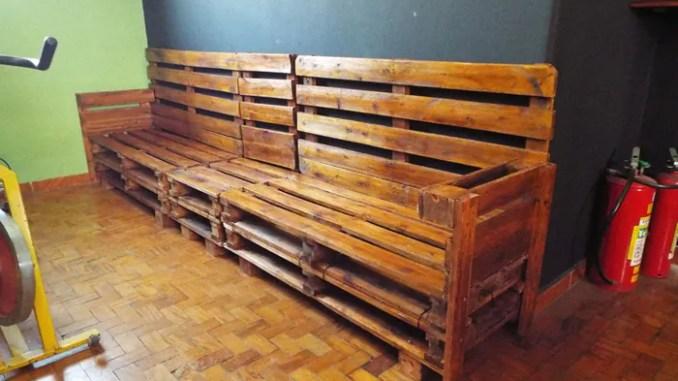 2 imagem sofa de pallet 678x381 - Sofá De Pallet Para Sala Móveis Feito De Paletes (Imagens De Inspiração).