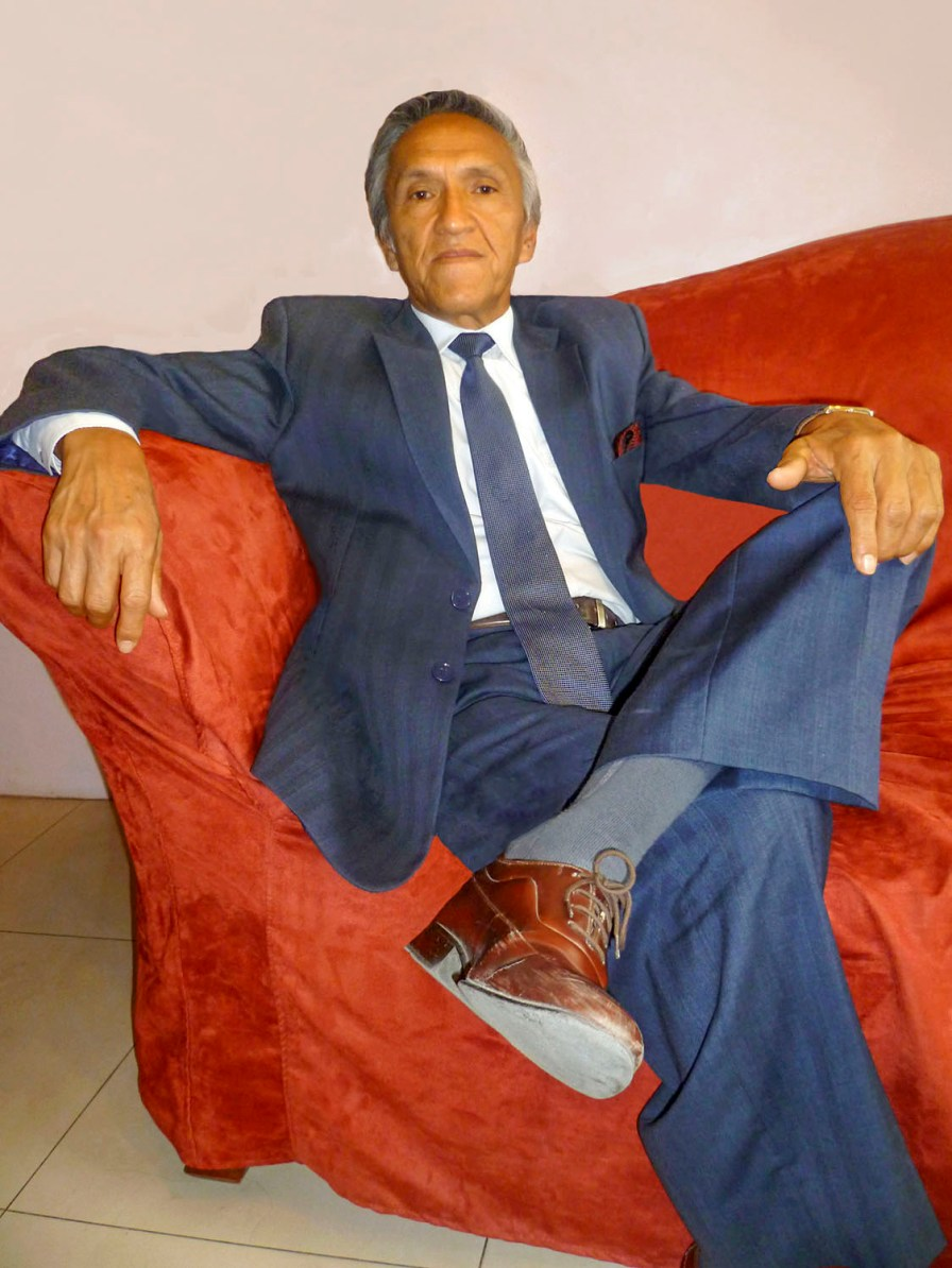 Benjamín Pinza Suárez es un musico, escitor,poeta y compositor lojano. Sentado en el sofa de su vivienda.
