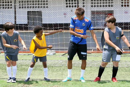 """Neymar grava com elenco infantil de """"Carrossel"""""""