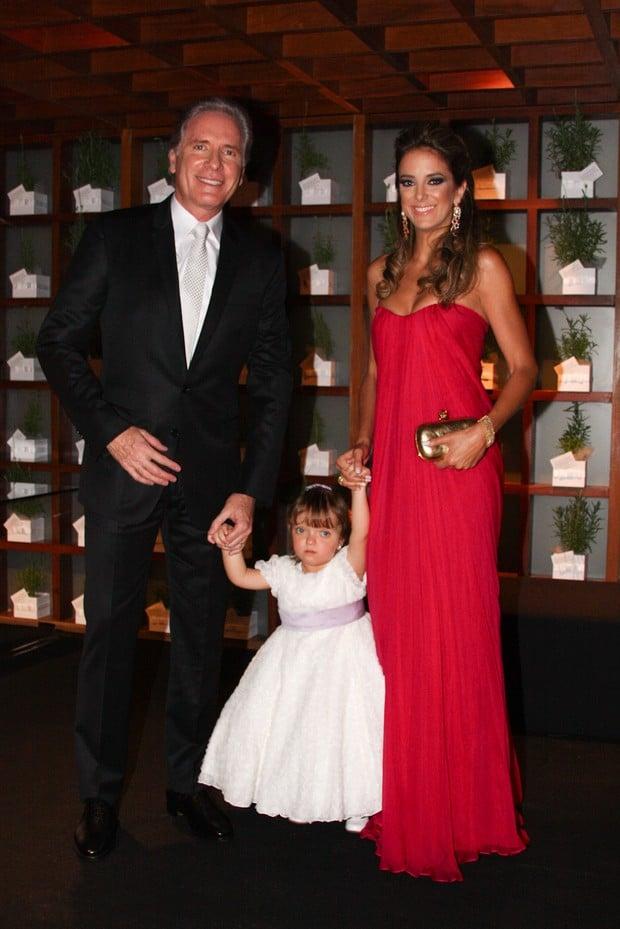 Roberto Justus e Ticiane Pinheiro posam com a filha