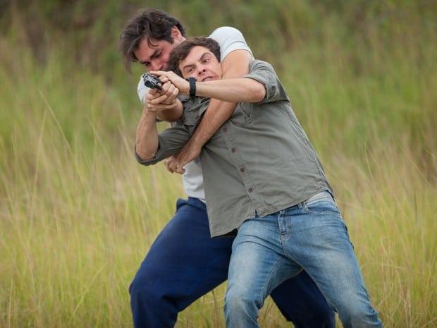Marcos e Caíque lutam pela arma por conta de Laura