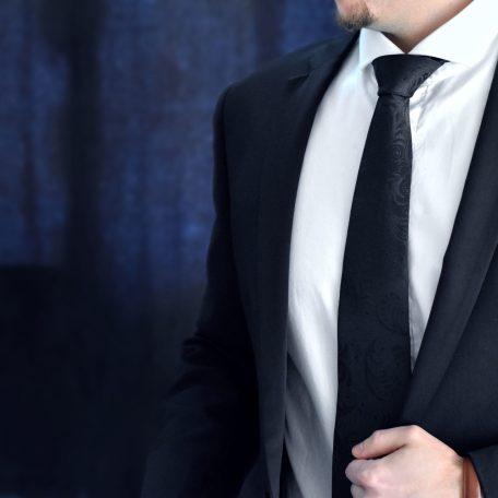 Hodvábna čierna kravata.