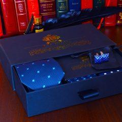 Modrý luxusný elegantný pánsky darčekový hodvábny set s gombíkmi a vreckovkami do saka