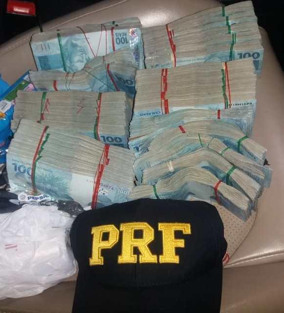 PRF encontra R$ 300 mil em carro na região noroeste do Rio Grande do Sul