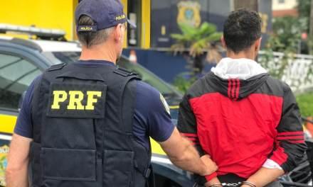 Motociclista atropela policial em barreira e é preso por tentativa de homicídio