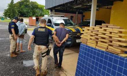 Dupla é presa com carro roubado e 48 quilos de maconha em São Borja