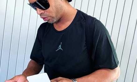 Justiça determina que Ronaldinho não pode deixar o país