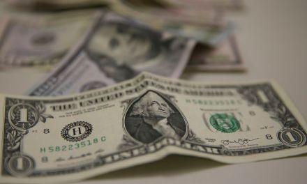 Saída de dólares do país supera entrada em US$ 1,6 bilhão em abril