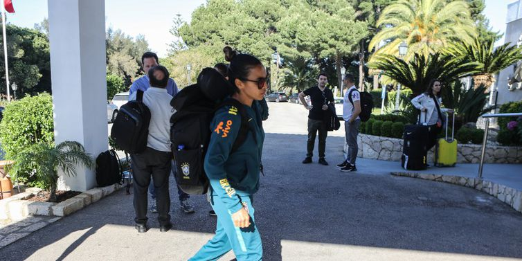 Seleção feminina chega a Portugal, onde treina para Copa da França