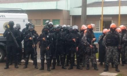Operação de agentes do Gope e da Penitenciária de Uruguaiana revista 300 presos e apreende celulares e simulador de pistola