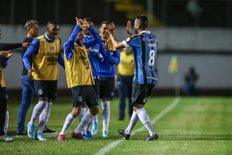 Grêmio vence do Ceará e cola no G-6