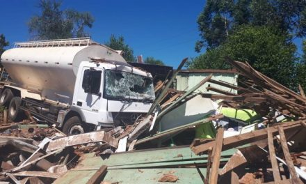Caminhão desgovernado atinge casa com cinco pessoas dentro