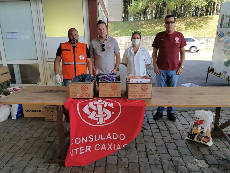Consulado do Inter de Caxias do Sul doa kits de higiene a moradores de rua