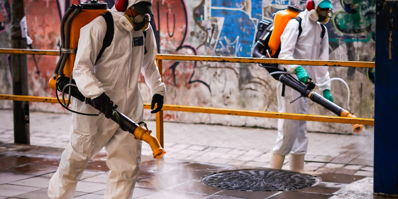 Locais públicos passam por desinfecção com auxílio de empresas em Porto Alegre