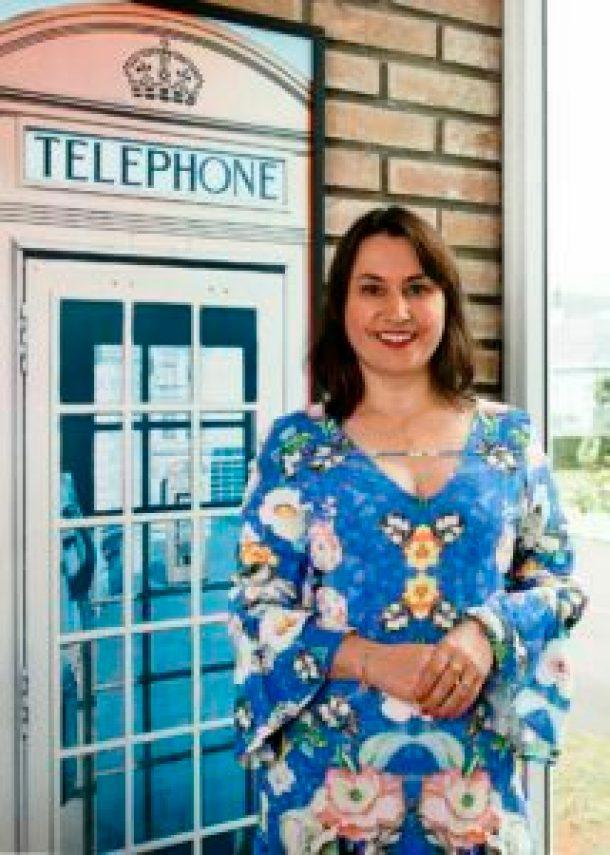 Silvia-Miebach-e-a-gestora-de-marketing-da-Work-Away-credito-JB-Estudio-214x300 Aprendizado da língua inglesa cresce frente a oportunidade de trabalho online em outros países
