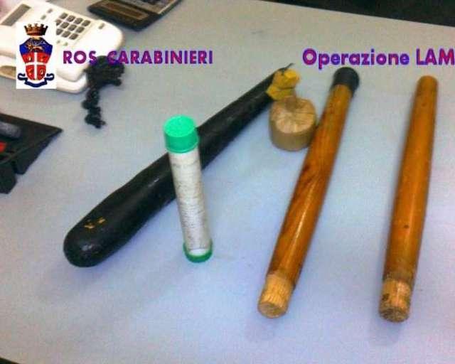 De knuppels gevonden bij Casa Pound Italië bleken onder andere een par ordinaire tafelopten te zijn. Het 'pistool' was een speelgoedpistool...