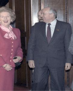 Margaret Thatcher kwinkslagen uitdelend met Sovjet-leider Gorbatjov.