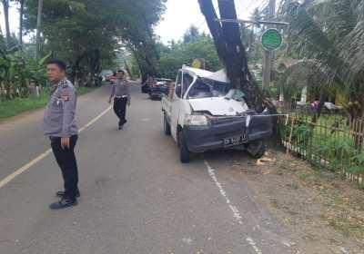 Mobil Tabrak Pohon Gorontalo Utara