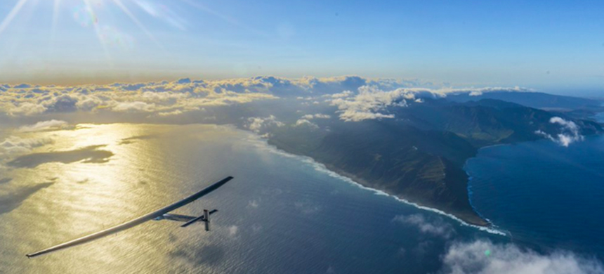 The solar airplane as it approaches the California coast. (photo: Solar Impulse)
