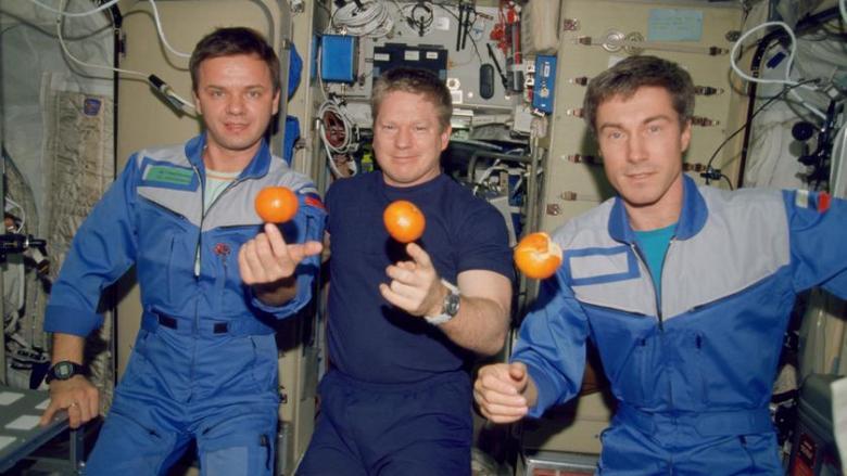 Команда экспедиции МКС-1, слева направо: Юрий Гидзенко, Уильям Шепард и Сергей Крикалёв