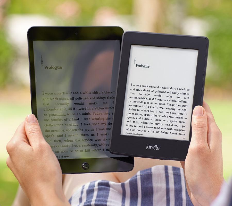 ภาพเปรียบเทียบการอ่านหนังสือกลางแจ้ง ระหว่าง Tablet กับ Kindle Paperwhite