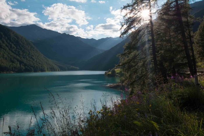 Lago di Vernago: Best lakes in South Tyrol - check out my Top 10 lakes and waterfalls in Italy! Definitely must-go places in South Tyrol!